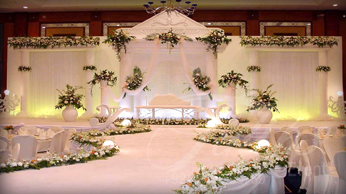 At The Center Table A Very Exclusive Arrangement For Vip Sort Of Weddings This Arrangements Cost Is Almost 600 Guests Seating